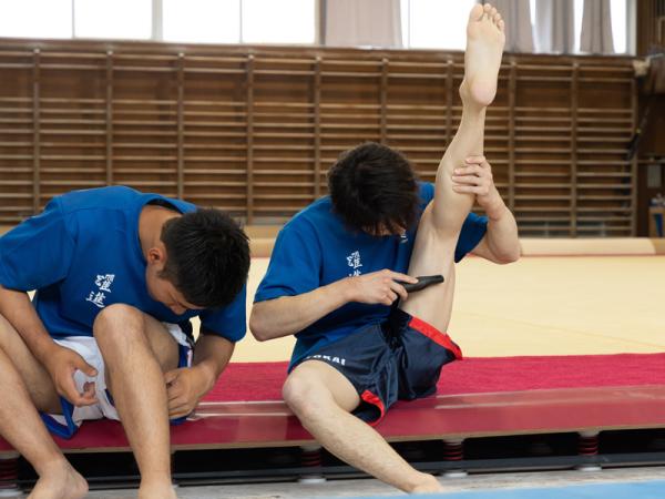 華麗な脚上げでボディケアをする加藤さん